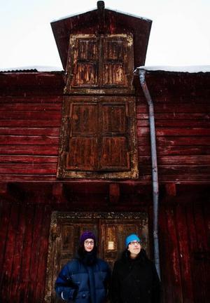 Alla platser har en historia som inte syns, så även en bakgård på Biblioteksgatan. Just nu efterlyser Malin Palmqvist och Christina Almqvist från Vinterfestivalen minnen från olika platser runt om i Östersund.Foto: Ulrika Andersson
