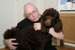 Asta är en åtta månader gammal kungspudel och husse heter Tom Hansen.