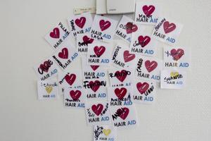 Bidrag. Jessica samlar namnen på de som bidragit till kampanjen på en vägg. Hon hoppas hela väggen ska fyllas.