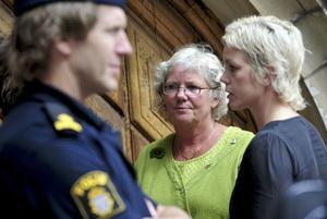 """Mördade Pernilla Hellgrens mamma, Monica, och syster, Sofie, deltog i rättegången och fick                           bemöta Anders Eklund med sina egna ord – ord som är fyllda med hat och sorg. """"Jag vill att du ska veta att så fort det här är över och du befinner dig på den plats där du hör hemma då ska jag bearbeta min sorg                          och försöka läkas"""", säger Pernilla Hellgrens syster Sofie under rättegången."""