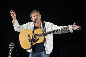 Tender turns tuff sjöng Mikael Rickfors som första låt i Malungsfors visfestival.