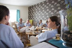 På de dagliga mötena träffas de erfarna allmänläkarna och de unga AT- och ST-läkarna för att ta upp aktuella frågor – till exempel knepiga patientfall – och tillsammans fundera fram lösningar.