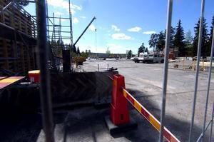 Kaos. Just nu byggs ett nytt parkeringsdäck för 200 bilar vid Falu lasarett. Under byggtiden har folk svårt att hitta p-platser.