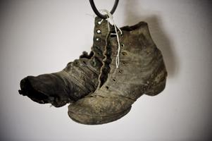 Gammalt fynd. De här gruvarbetarskorna hittades i samband med renoveringen.