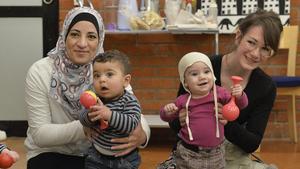 Tillsammans. Kompis Sverige vill hjälpa nya och etablerade svenskar i Nynäshamn att få mer kontakt. På bilden syns Hanan Alshalabi med sonen Omar och Cecilia Fellenius med dottern Cora, då de träffas i Tenstas bibliotek.