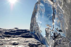 Ack den kalla vinter tid som ännu ligger här bredvidDen bildar isens block i olika skulpturiska måttDen gör så det vackra kommer fram från någotMan inte förut har sett att det funnits så brettSkapat av vatten o vind i kombination med vädergudens kalla handHan låter vinden föra fram vattnet från detta sötvattens havOch vi får uppleva dess underbara famntagTill detta vackra från vårt
