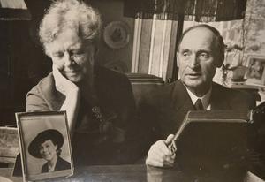 Jane Horneys föräldrar – Nina och Fredrik Horney.  Bild tagen i slutet av 1950-talet. På inramat foto bredvid – Jane Horney.