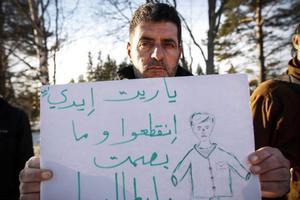 Vänner från lägret i Grytan och från andra håll i länet hade mött upp för att protestera. Teckningen visar hur Mohamad hellre hade blivit av med sina händer än lämnat det där fingeravtrycket i Italien.