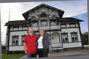 Ella och Jan Holmberg, Boberg, framför sitt 1800-talshus. Husets tidighare öppna balkong fick nyligen sin mycket arbetade snickarglädjeutrustade utbyggnad med tak.