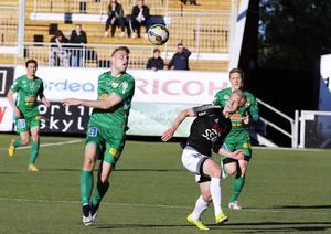 Erik Törnros och Pontus Hindrikes jagar båda boll i kvalet till Svenska Cupen i maj 2015.