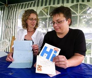 Minnen. Susan Frikken (till vänster) och Anette Forslund visar här upp brev som de skickat till varandra för 'änge sedan. Foto:Mattias Nääs