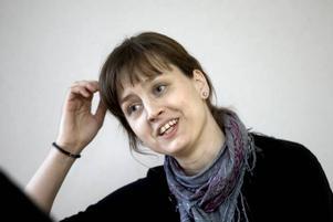 """SNART HALVTID. Efter kollisionen mellan en privatbil och den polisbil i utryckning som polisen Johanna Strömberg befann sig i 2001, kan hon efter rehabilitering i Sundsvall och Sandviken och """"en provtur i alternativdjungeln"""" i år börja öka sin deltidstjänst till halvtid. """"Men jag kommer aldrig att klara utryckningstjänst och heltid igen"""".Foto: Britt Mattsson"""