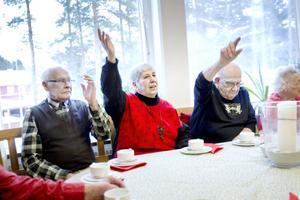 Alla jobbade de på Sandvik. Rune Hedman, Maj-Britt Eriksson och Rolf Orefjäll räckte upp handen när Sandvik bjöd på jubileumstårta och guiden frågade hur många i salen som jobbat på storföretaget.