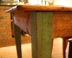 Ett gammalt köksbord som gått från källarförråd till finplats i köket.