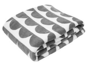 MJUK. Fleecefilten i grått och vitt kommer från Mio och kostar 149 kronor.