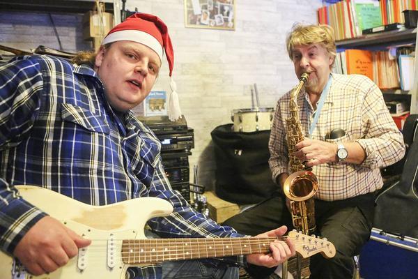 Henrik Persson sjunger och spelar gitarr på nya skivan Vinterland med helt nyskrivna julsånger.