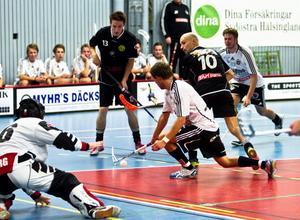 Gluggens Peter Andersson och Mattias Fahlqvist trycker på mot Håstas mål. Men Fredrik Enberg i målet håller tätt. Håsta vann derbyt med 6–3.