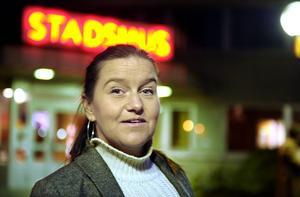 Anna-Maria Forssell Mörk, gruppledare Vänsterpartiet:   – Vi har varit positiva till ett hallbygge tidigare, men har nu sagt att vi måste invänta presentationen av de senaste anbuden. Håller dem sig inom den gräns vi har satt upp är vi försiktigt positiva. Ärendet måste dock diskuteras inom partiet, eftersom kommunens ekonomiska förutsättningar har förändrats.