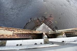 Rost har gjort att den gamla bron riskerar att rasa ihop.