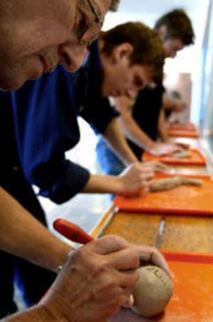 De anställda på Emhart fick i går göra var sin lerskulptur som en del i utställningen Verkstadsarbetare med nya ögon. Mängden lerklot ska symbolisera verkstadsindustrins betydelse.
