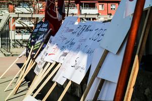 Plakaten stod redo vid scenkanten när demonstranterna anlände till Vasatorget.