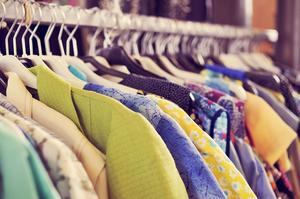 Dags att rensa garderoben? Passa på att tjäna dig en hacka på dina avlagda kläder. Nu finns flera webbutiker som kan hjälpa till med försäljningen.