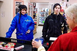 Anna-Karin Skogmo och Benjamin Sundvik har åkt över gränsen för att handla på sig billiga varor.