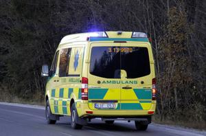 En man som stått åtalad för våld mot tjänsteman sedan han sparkat en ambulansförare i huvudet frias.