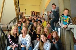 Väggmålare. Barnen i Hidinge skola från årskurs 3 till 6 som gjort flera väggmålningar.