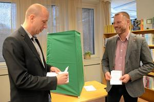 Gå och rösta. På åtta platser i Hallsbergs kommun kan man förtidsrösta till EU-valet. Socialdemokraterna Magnus Andersson och Andreas Svahn visade vägen till Hallsbergs bibliotek. Foto: Barbro Isaksson