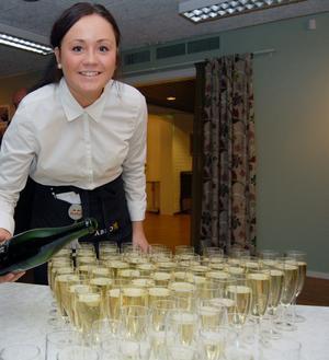 Emelie Arkeberg hade många flaskor med skumpa att hälla upp