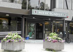 Insändarskribenten Horst Kuehne ger stort beröm till personalen inom kommunens vård- och omsorg. Han efterlyser bättre ledarskap för ökad trivsel för deras skull.