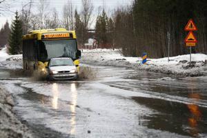 Vårfloden har kommit till Östersund, i alla fall till Odenskogsvägen. Så här såg det ut under måndagen.