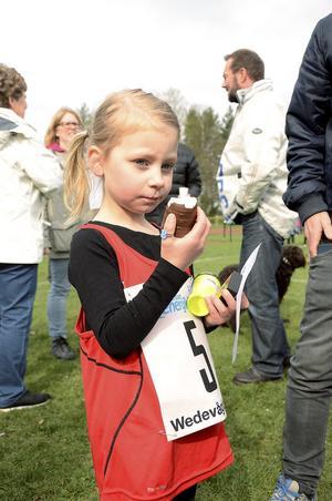 Gott smakade det med lite sött efter ett genomfört lopp tyckte Fanny Åkerberg 5 år.