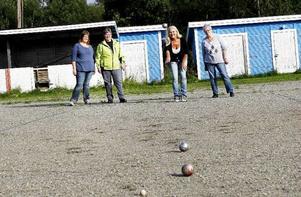 Agneta Wallberg, Marianne Persson, Lena Lassarev och Gun-Britt Salomonsson trivs alla utmärkt i Ulriksfors. Boule är bara en av alla aktiviteter som utövas vid bystugan.
