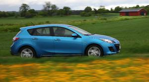 Utan att identiteten gått förlorad  har Mazda 3 fått en ny och betydligt fräckare design. Men bilen byggs fortfarande på samma plattform som tidigare, den som delas med Volvo och Ford.   Foto: Rolf Gildenlöw