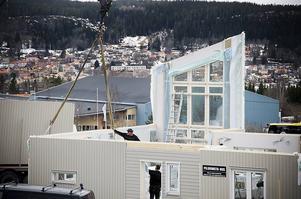April 2010. Efter en trög start restes den första villan, av 100 planerade, på Tallbacken i mitten av april 2010. Och det var inte vem som helst som skulle bo där utan husägaren var dåvarande vd:n i Fältjägaren Fastigheter Daniel Kindberg.