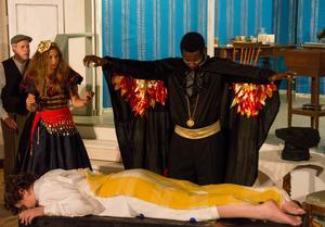 Monsieur Magique (Moussa Togola) utför en av sina trollkonster tillsammans med assistenten Michelle (Saga Axbrink).