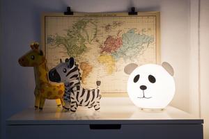 Djurtemat är tydligt. En rund lampa går lätt att omforma till en panda.