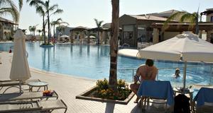 Allt fler vill ha en smakfull hotellanläggning och morgondopp i snygga pooler. Poolen på nybyggda Mythos Beach Resort.