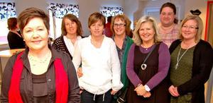 Föreläsaren Britt Nilsson, till vänster, framför några av kommunens enhetschefer inom vården och omsorgen; från vänster Anna-Karin Adolfsson, Monica Setterlund, Ann-Marie Arthursdotter, Lena Kristoffersson, Maria Eriksson och Maria Hammarin.