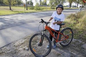 Har alltid hjälm. Vilhelm Wannberg har alltid hjälm när han cyklar.