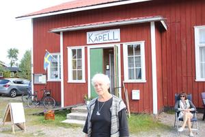 Mirjam Berjlund hälsar välkommen till Sörfjärdskapellet.