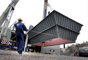 Anlägningen för att rena rökgaserna från sopeldningen i Korstaverket lyfts på plats.