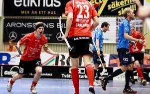 FALUJUBEL. Rasmus Enström jublar sedan han kvitterat till 1--1 i den första perioden mot Warberg. Till slut vann Falun den första SM-semifinal med 6--5.FOTO: Per Friske/Pic-Agency