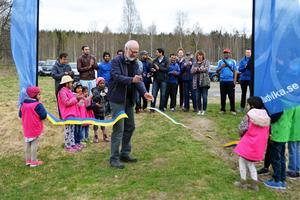 Sten G Johansson, ordförande i Kultur- och Fritidsnämnden, klipper bandet och inviger Europas nordligaste cricketplan.
