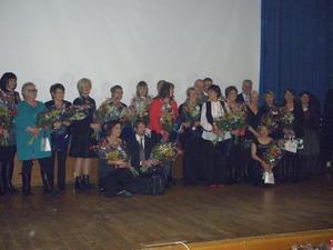 Blomster och presenter som tack för 25 års trogen tjänst i kommunen blev det för 19 personer på Husaren, Folkets Hus i tisdags kväll. Bild: KUMLA KOMMUN