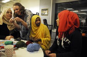 Nasreen, Ida, Halima och Hala samlade kring bordet.
