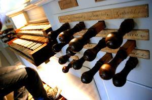 Crescenzo Grifone förklarar att spakarna kallas för register och visar hur de ändrar ljuden som kommer från orgeln.
