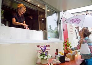 Annika Reuter driver foodtrucken och är, precis som systern (och skådespelaren) Suzanne Reuter, engagerad i Drömgården.